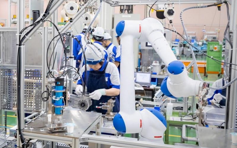 作業者と分担して動く「人協働型ロボット」の需要も急増する見通し(安川電機の工場)