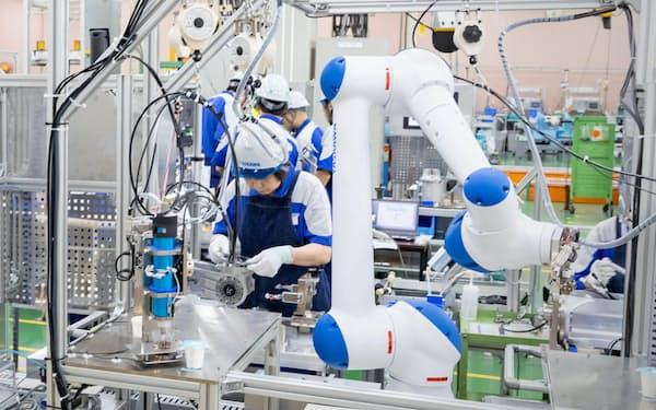 人手不足や働き方改革などで「人協働型ロボット」の需要は世界で広がる見通し(安川電機の工場)