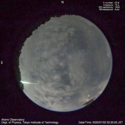 山梨県北杜市に設置された全天監視カメラが捉えた「火球」の軌跡(左下、2日未明)=河合誠之東京工業大教授提供・共同