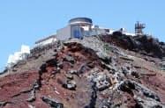 富士山頂にある「富士山特別地域気象観測所」=共同