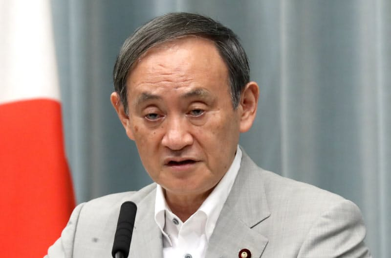記者会見する菅官房長官(3日、首相官邸)