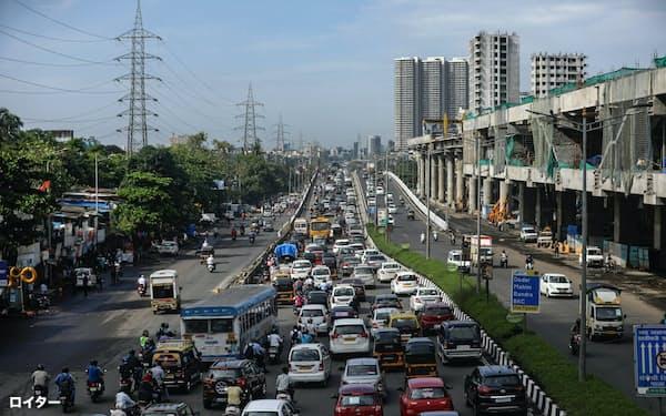 経済活動は段階的に再開したが、自動車の販売は低水準だ(6月、ムンバイ)=ロイター