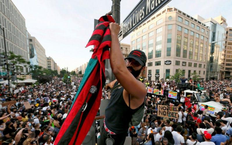 フロイドさんの暴行死事件で米国では人種差別の根深さが表面化した(ホワイトハウスの近くで抗議する人たち)=ロイター