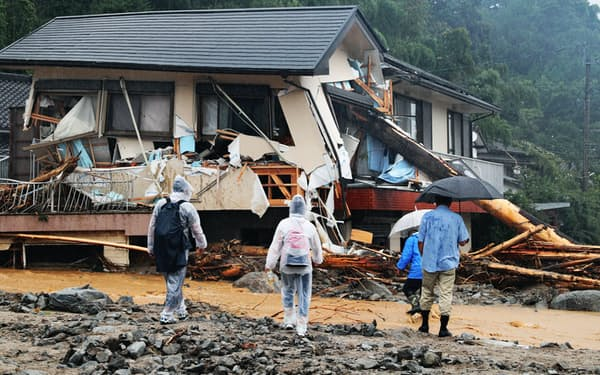 豪雨で流木が突き刺さった家屋(2017年7月、福岡県朝倉市)