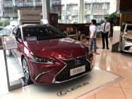 トヨタ自動車の中国での6月の新車販売は、新型「カローラ」や高級車ブランド「レクサス」などが堅調だった(広東省広州市の販売店)