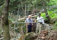 御巣鷹の尾根の修復作業を見つめるノンフィクション作家、柳田邦男さん(群馬県上野村)