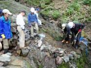 昨年秋の台風で御巣鷹の尾根の水源に堆積した土砂や石を取り除く作業(6月6日、群馬県上野村)