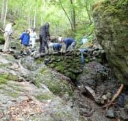 急斜面にある御巣鷹の尾根の水源。堆積土砂、石を取り除く手作業は過酷(6月6日、群馬県上野村)