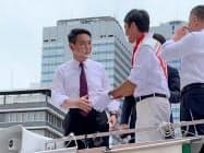 日本維新の会が推薦する都知事選候補者の応援に立つ国民民主党の前原誠司元外相(3日、都内)