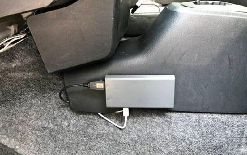 車両に専用の端末を設置して使う