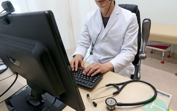 オンライン診療をする医師(東京都内)。規制が緩和され、利用が広がっている