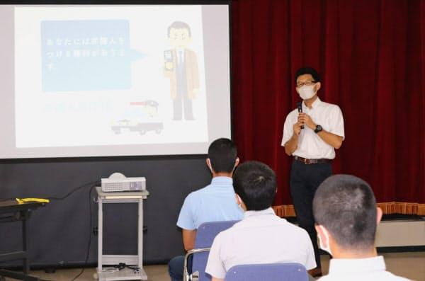 福岡少年院で「権利と義務」をテーマに講義する武内謙治教授(6月17日、福岡市)