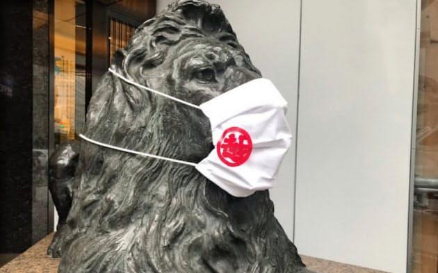 銀座三越ではマスクをしたシンボルのライオン像が来店客を迎え入れる