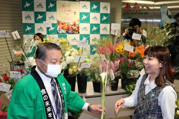 JAグループ北海道は花き農家支援の取り組みを続けている(4月3日、札幌市)