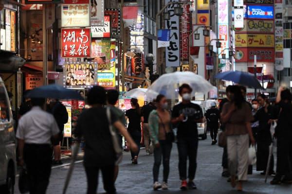 マスク姿の人が行き交う繁華街(3日、東京都新宿区)