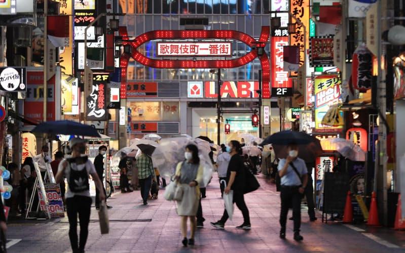 歌舞伎町などの「夜の街」で営業する接待を伴う飲食店が対象となる(3日、東京都新宿区)