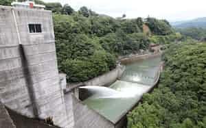 西日本豪雨の際に緊急放流が行われた野村ダム(2018年7月、愛媛県西予市)
