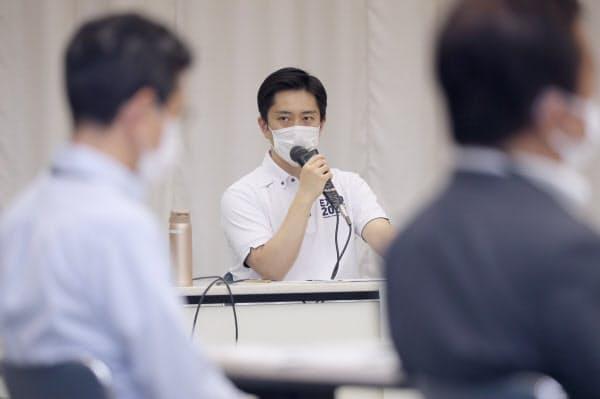 大阪府新型コロナウイルス対策本部会議であいさつする吉村知事(3日、大阪市中央区)