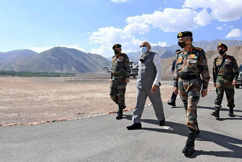 3日、インド北部ラダック地方を訪問したモディ首相(左から2人目)(インド政府報道局提供・AP=共同)