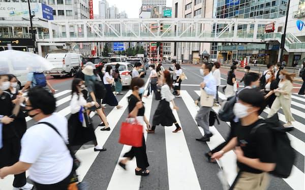 マスク姿で行き交う人たち(3日、東京・新宿)
