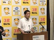 新型コロナ対応の記者会見を開く中村時広・愛媛知事(3日、県庁)