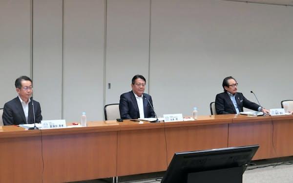 丸本明社長(中央)らがコロナへの対応や下請けの支援状況を説明した(3日、広島県府中町)
