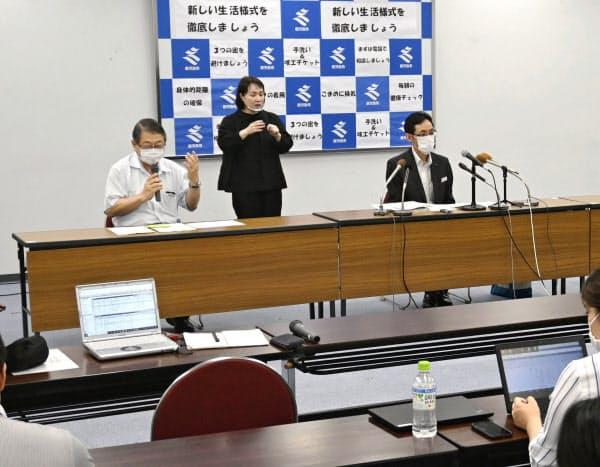 新型コロナウイルスの感染者について記者会見する鹿児島県の担当者(3日夜、同県庁)=共同