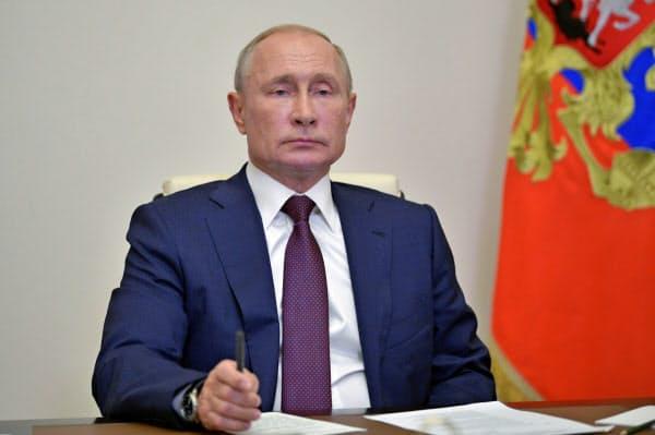 プーチン氏は改憲作業部会とのテレビ会議で領土の割譲禁止条項の意義を強調した(3日、モスクワ郊外)=ロイター