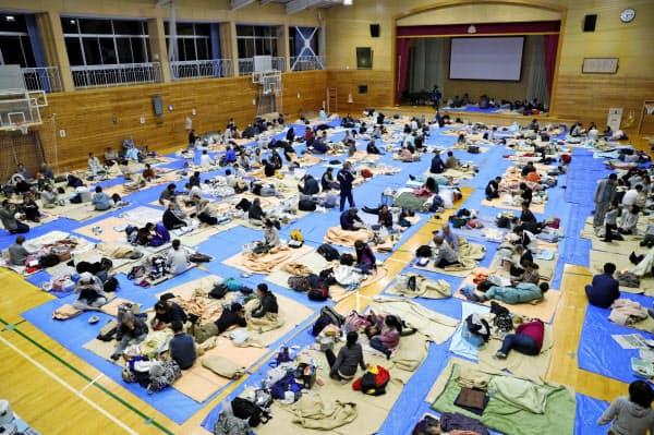 台風19号による浸水被害で、大勢の人たちが身を寄せた長野市の避難所(2019年10月)