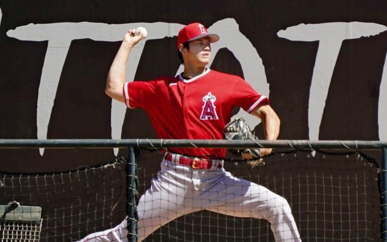 米大リーグのキャンプが再開し、ブルペンで投球練習するエンゼルスの大谷翔平(3日、アナハイム)=代表撮影・共同