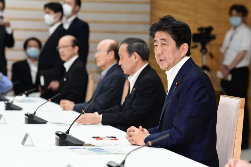 九州の大雨に関する関係閣僚会議で発言する安倍首相(4日)