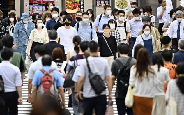 東京・新宿を行き交うマスク姿の人たち(3日午後)=共同