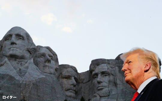 3日、トランプ米大統領はリンカーン氏ら歴代大統領4人の肖像を背に演説に臨んだ(中西部サウスダコタ州)=ロイター