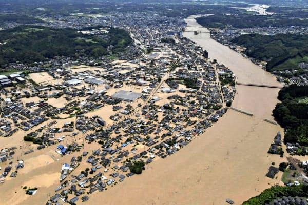 球磨川が氾濫し、水に漬かった熊本県人吉市の市街地(4日午前11時49分)=共同通信社ヘリから