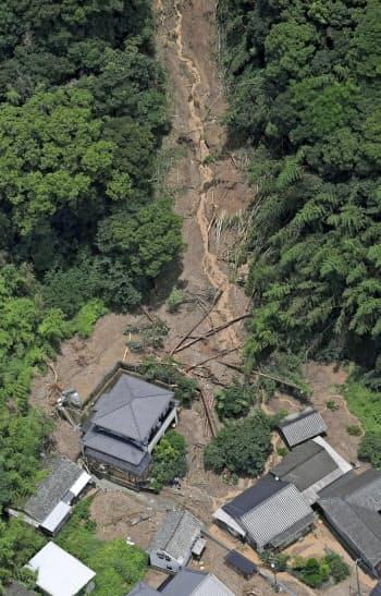 熊本県芦北町の土砂崩れ現場(4日午後0時5分)=共同通信社ヘリから