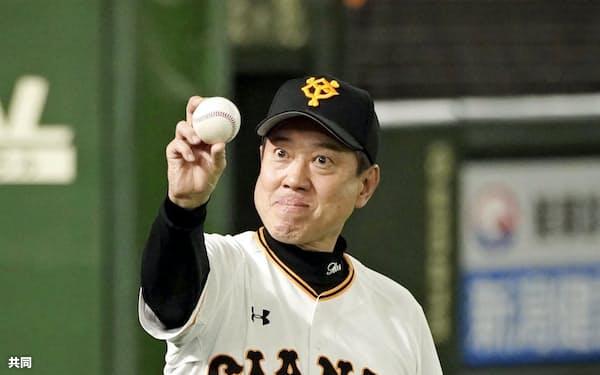 中日に勝利し、ウイニングボールを手にポーズをとる原監督。監督通算1034勝として長嶋茂雄元監督に並んで巨人の歴代2位となった(4日、東京ドーム)=共同