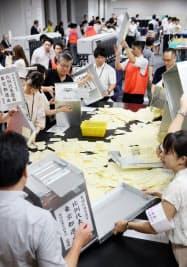 2019年参院選の開票作業の様子(東京都千代田区)