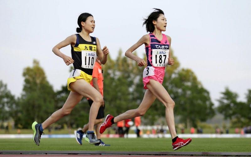 女子5000メートルA組 力走する前田穂南(右)と宮田梨奈(4日、士別市営陸上競技場)=代表撮影・共同
