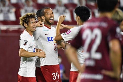 神戸―広島 前半、ゴールを決め喜ぶ広島・レアンドロペレイラ=左から2人目(4日、ノエスタ)=共同