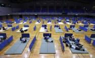 新型コロナウイルス対策でマットの間隔を空けて配置する熊本県人吉市の避難所(4日)=共同