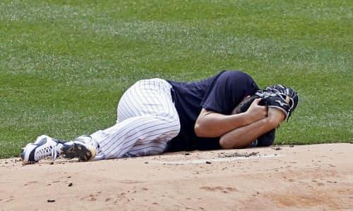 対戦形式の練習で打球を頭部に受け、マウンドに倒れ込むヤンキース・田中(4日、ニューヨーク)=AP