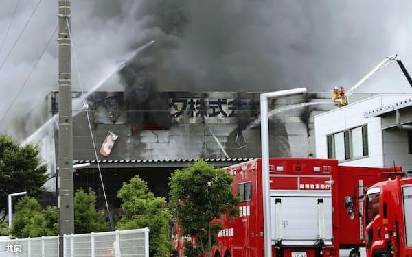 火災で煙が上がるレック静岡第二工場(5日午前、静岡県吉田町川尻<取込)=共同