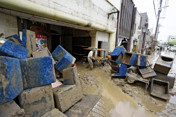 レストランから運び出された椅子や机(5日午前10時、熊本県人吉市)=共同