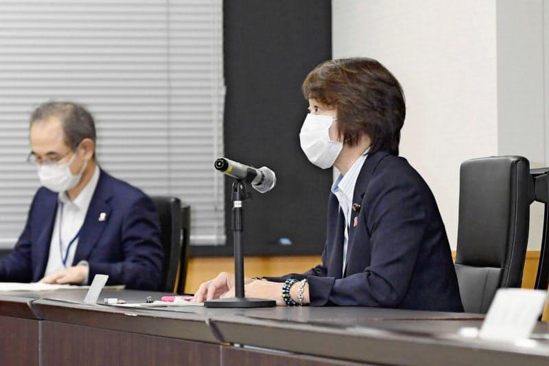 性犯罪・性暴力対策強化のための関係府省会議で、発言する橋本男女共同参画相(右)=6月、内閣府(共同)