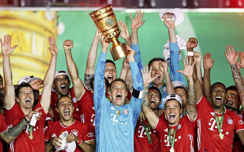 ドイツ・カップで優勝し、カップを掲げ喜ぶノイアー(中央)らバイエルン・ミュンヘンの選手たち(4日、ベルリン)=ロイター