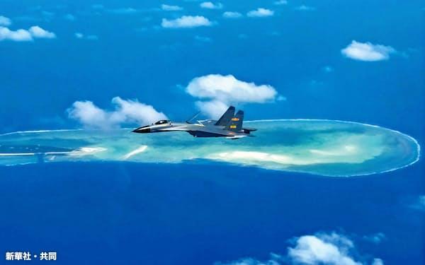 南シナ海上空を飛行する中国の空軍機=2017年10月(新華社=共同)