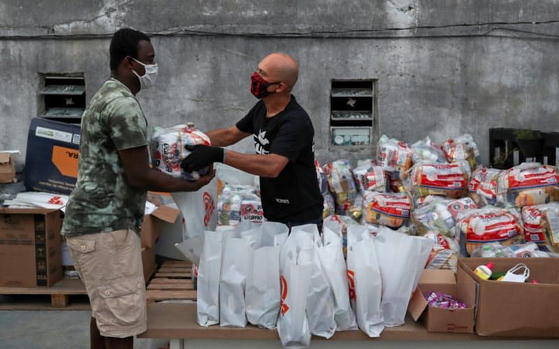 ブラジルの貧困地区では援助団体などの支援が命綱に(6月18日、サンパウロ)=ロイター