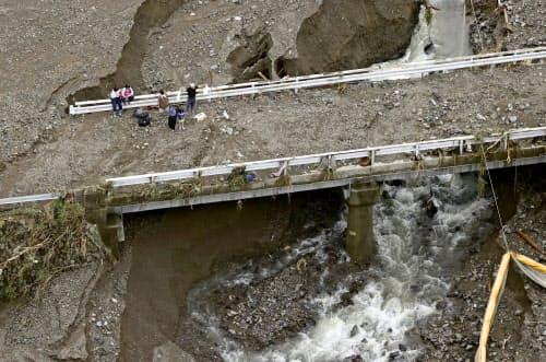 豪雨被害を受けた熊本県球磨村の橋の上で救助を待つ人たち=5日午前11時53分(共同通信社ヘリから)