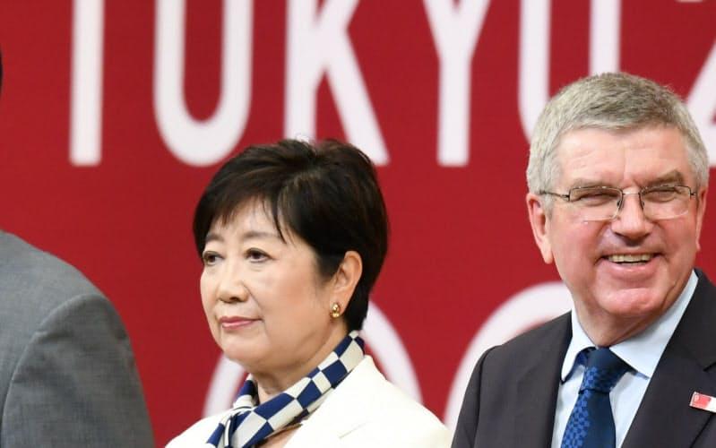 東京五輪開幕前のセレモニーに出席した小池百合子東京都知事。右は国際オリンピック委員会のバッハ会長(2019年7月、東京都千代田区)