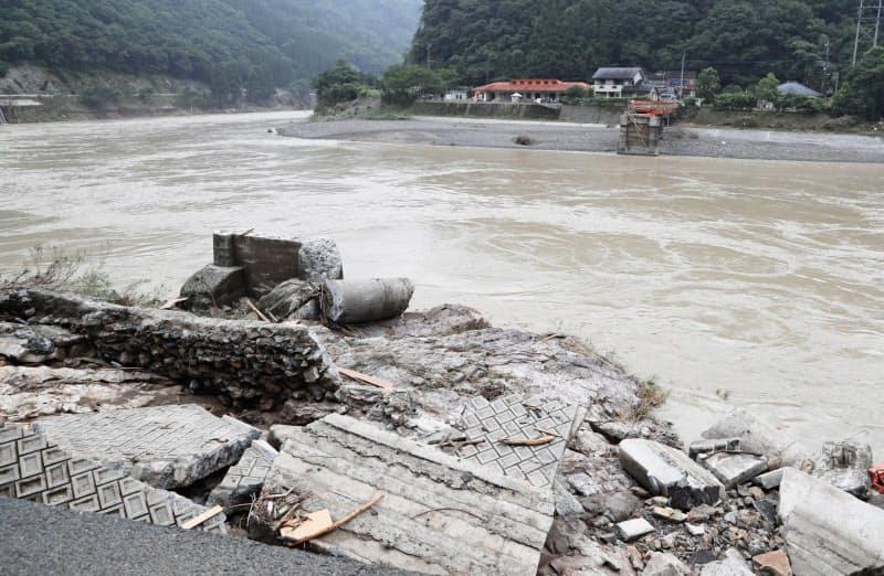 球磨川に架かる橋が豪雨で崩落した(5日、熊本県八代市)